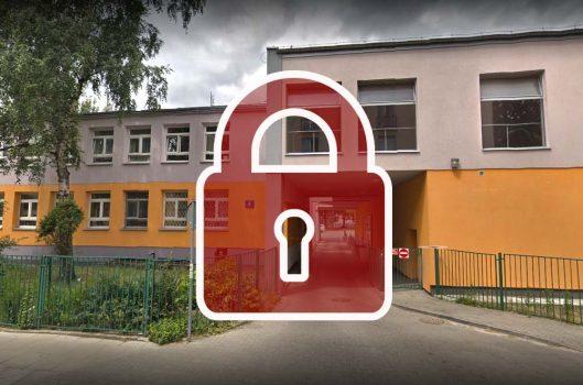 Zdjęcie budynku szkoły z naniesioną kłódką