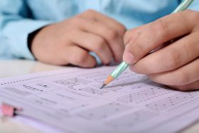 uczeń wypełnia arkusz egzaminacyjny