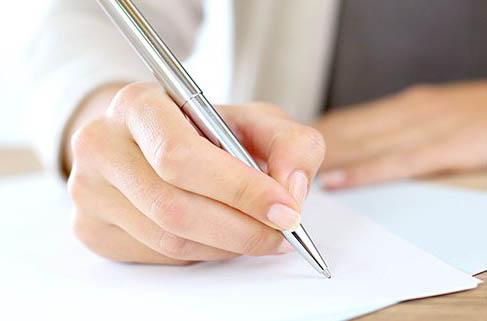 Osoba pisząca list na kartce